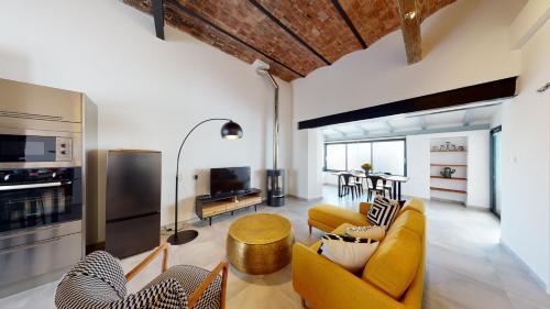 A seating area at La Bonne Brise - Superbe loft avec terrasse à 2 minutes de la plage