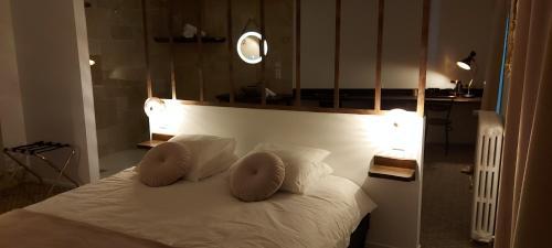 Un ou plusieurs lits dans un hébergement de l'établissement auberge le petit mas