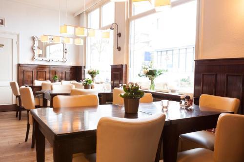 El salón o zona de bar de Hotel Stad en Land