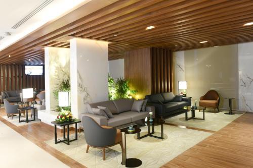 Uma área de estar em Golden Tulip Riyadh