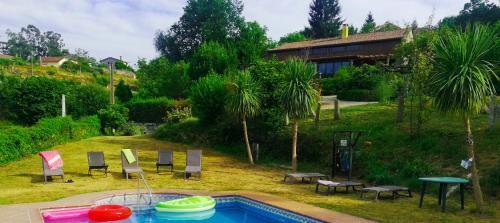 Вид на бассейн в Casa do Val или окрестностях
