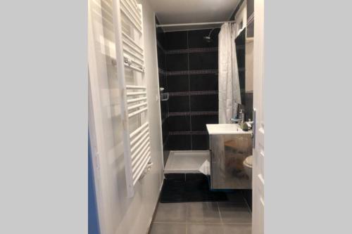 A bathroom at Charmant T2 avec balcon et jolie vue dans le Camas