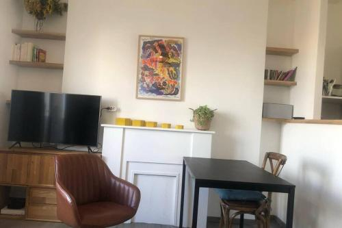 A television and/or entertainment centre at Charmant T2 avec balcon et jolie vue dans le Camas