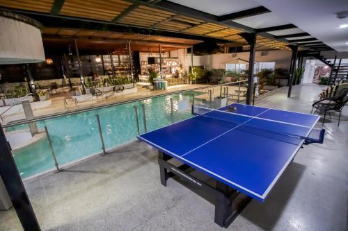 Taula de ping-pong a Medellín Vibes Hostel o a prop