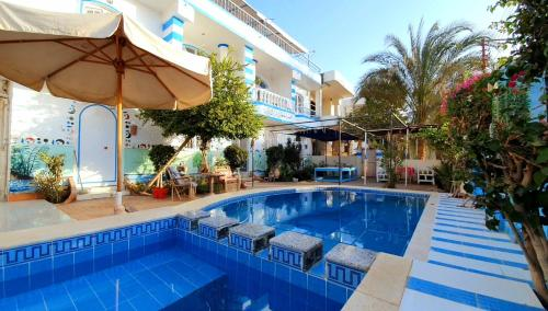 Der Swimmingpool an oder in der Nähe von Luxor Guest House