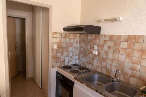 Cuisine ou kitchenette dans l'établissement Gîte La Place