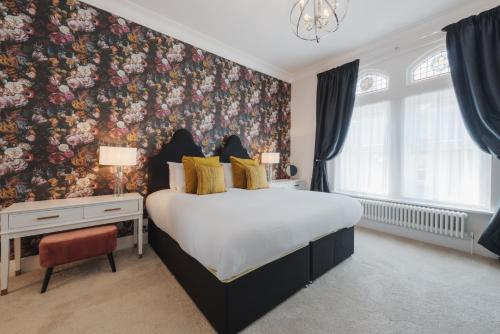 A bed or beds in a room at Somerset House Boutique Hotel and Restaurant