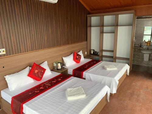 Giường trong phòng chung tại LePont Cat Ba Bungalow