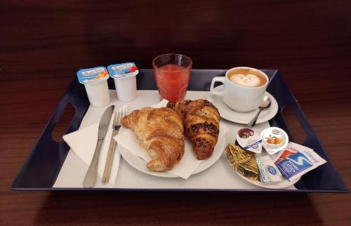 Breakfast options available to guests at Hotel Trastevere