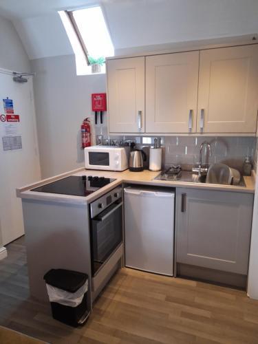 A kitchen or kitchenette at The Raven Inn