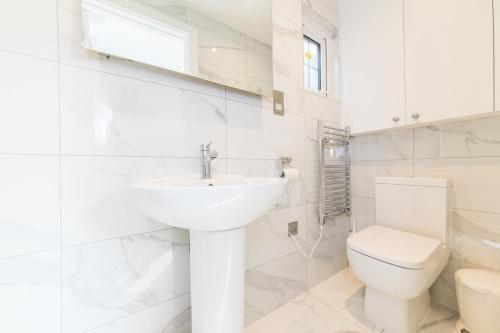 A bathroom at Elimonn Bloom