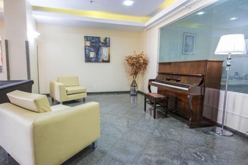 A seating area at Dan Inn Sorocaba