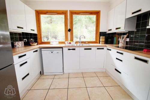 A kitchen or kitchenette at Mallachie Holiday Rental