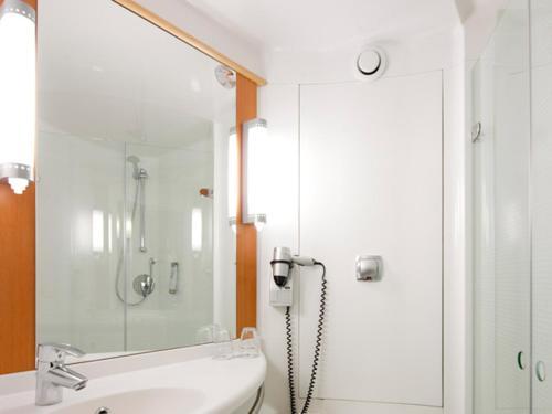 A bathroom at ibis Stuttgart Airport Messe