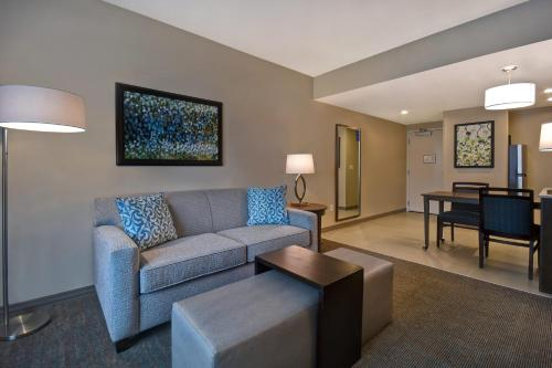 A seating area at Homewood Suites By Hilton Orlando Flamingo Crossings, Fl
