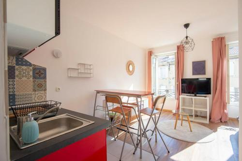 A kitchen or kitchenette at SUPERB apartment in MARSEILLE near the OLD PORT