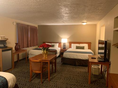 A bed or beds in a room at Sunset Inn - John Day