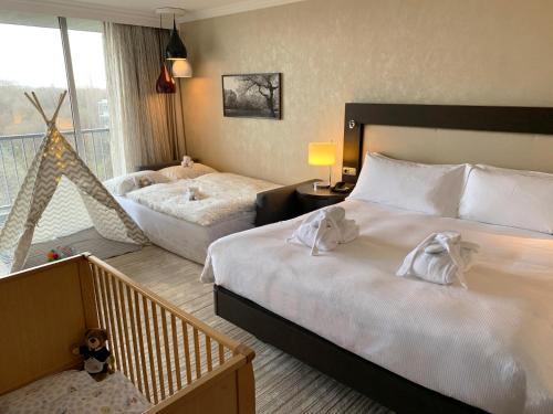 سرير أو أسرّة في غرفة في هيلتون ميونيخ بارك