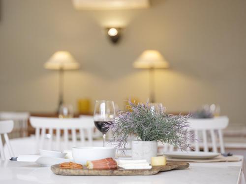 Um restaurante ou outro lugar para comer em ADC - Albergaria Do Calvário - member of Unlock Hotels