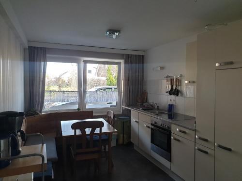 A kitchen or kitchenette at Hotel Garni Haus Dithmarschen