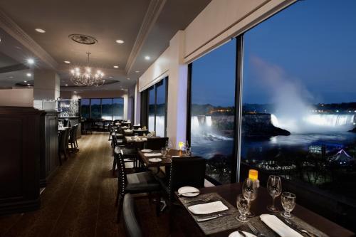 Un restaurante o sitio para comer en Crowne Plaza Hotel-Niagara Falls/Falls View, an IHG Hotel