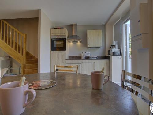 A kitchen or kitchenette at Gîte Tossiat, 2 pièces, 4 personnes - FR-1-493-29