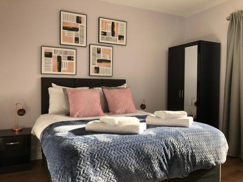 A bed or beds in a room at Modern house│Parking│A45/46│Airport│EMPOWER HOMES