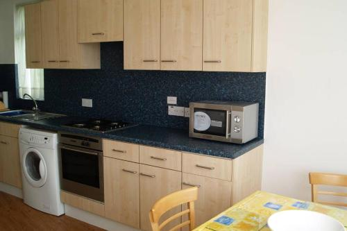 A kitchen or kitchenette at B. Home comforts with easy London travel.