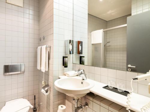A bathroom at Plaza Hotel & Living Frankfurt
