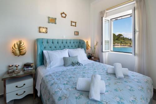 """A bed or beds in a room at Sea Front Suite """"Elena"""""""