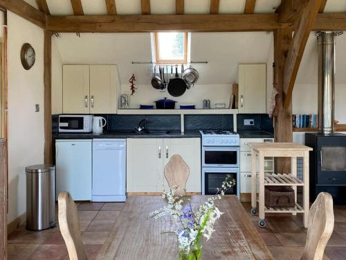 A kitchen or kitchenette at The Old Carthouse