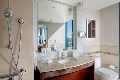A bathroom at InterContinental San Francisco, an IHG Hotel