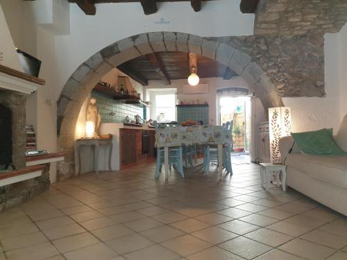 Een restaurant of ander eetgelegenheid bij 14th Century house Sardinia Retreat Base
