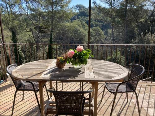 A balcony or terrace at MAISON AVEC PISCINE à 16 kms DES PLAGES DE CASSIS