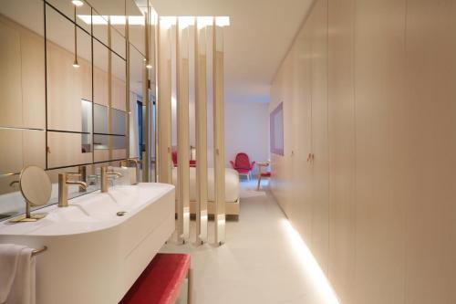 A bathroom at Iberostar Selection Paseo de Gracia 4 Sup