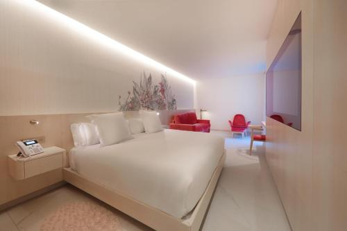 A bed or beds in a room at Iberostar Selection Paseo de Gracia 4 Sup