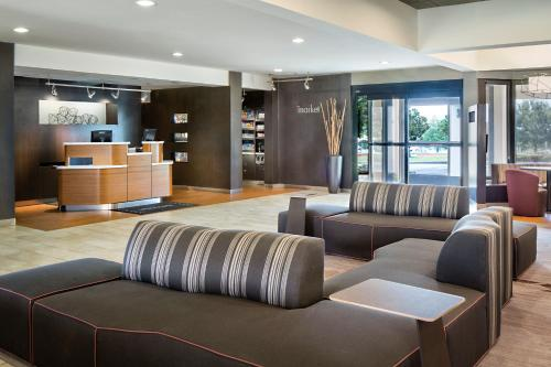 The lobby or reception area at Courtyard Dallas Arlington/Entertainment District