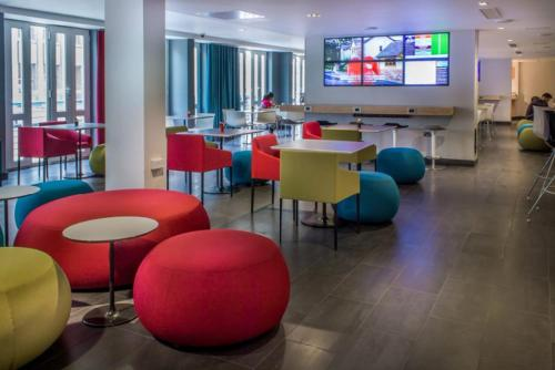 The lounge or bar area at Holiday Inn Express Southwark, an IHG Hotel