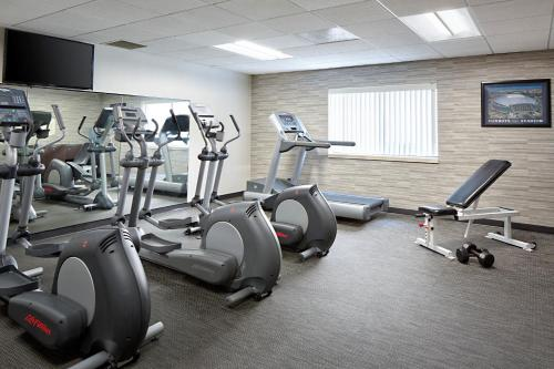The fitness center and/or fitness facilities at Courtyard Dallas Arlington/Entertainment District