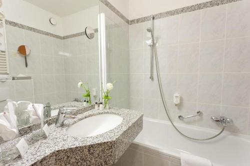 A bathroom at Hotel Königshof