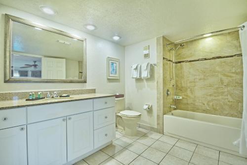 A bathroom at Club Wyndham Orlando International
