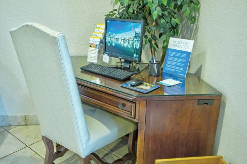 The business area and/or conference room at Club Wyndham Orlando International