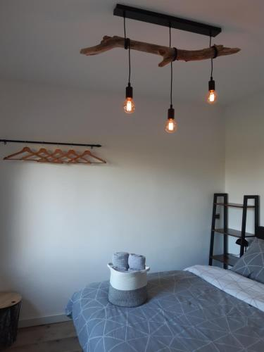 Een bed of bedden in een kamer bij Villa De Strandjutter