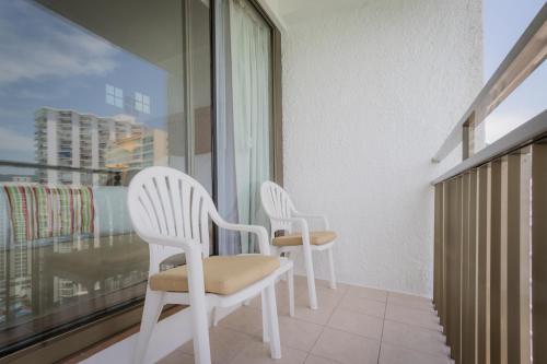 A balcony or terrace at Holiday Inn Resort Acapulco, an IHG Hotel