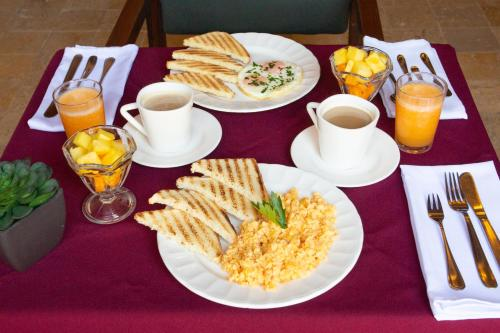 Breakfast options available to guests at Hotel Boutique At the Park