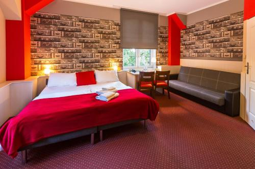 A bed or beds in a room at Hotel Przystanek Torun
