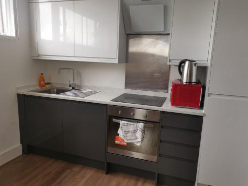 A kitchen or kitchenette at Modern studio in the heart of Maidstone
