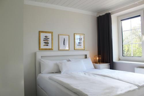 A bed or beds in a room at Hotel-Pension Am Fuchsberg