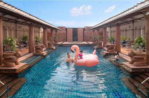 The swimming pool at or close to Crowne Plaza Bangkok Lumpini Park, an IHG Hotel