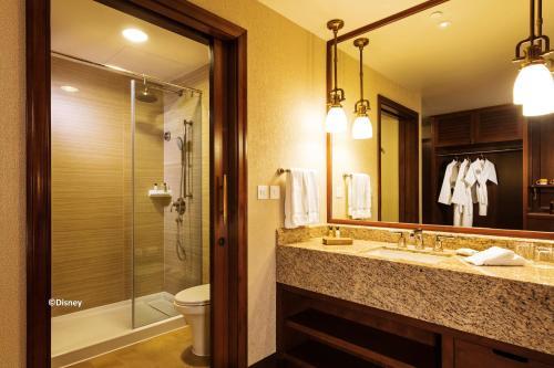 A bathroom at Disney Explorers Lodge